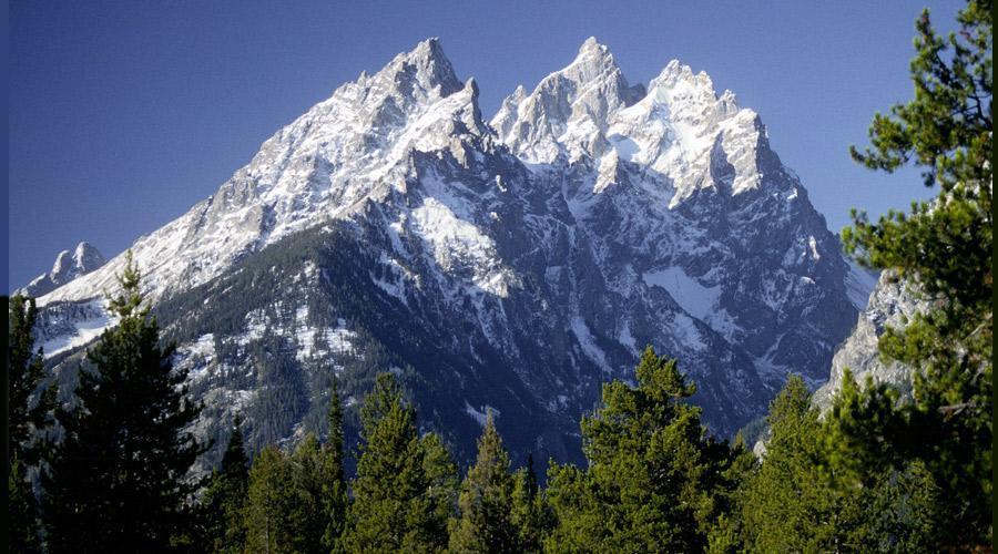 چشم انداز تماشایی قله های برفی و طبیعت بکر منطقه تیتِن
