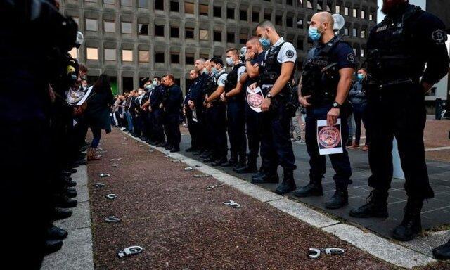 نیروهای پلیس فرانسه دست بندهایشان را بر زمین انداختند