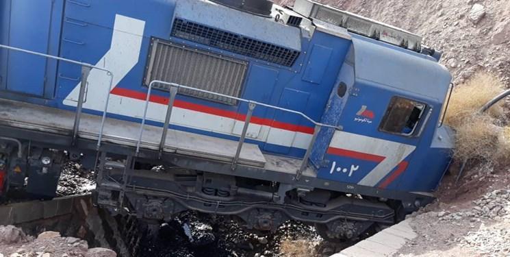 فرار قطار باری و خروج 2 لکوموتیو از خط، لکوموتیوران بیرون پرید